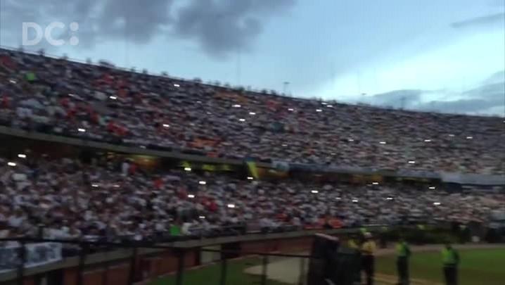 """Colombianos cantam \""""Vamos Chape\"""" em estádio lotado"""