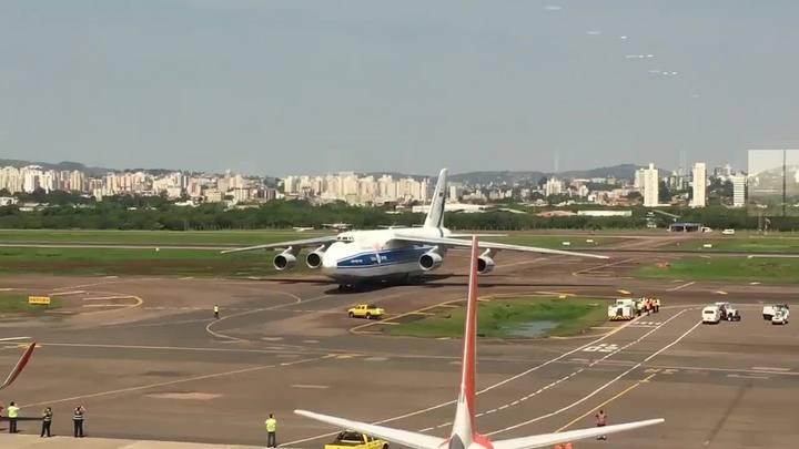 Segundo maior avião cargueiro do mundo pousa em Porto Alegre