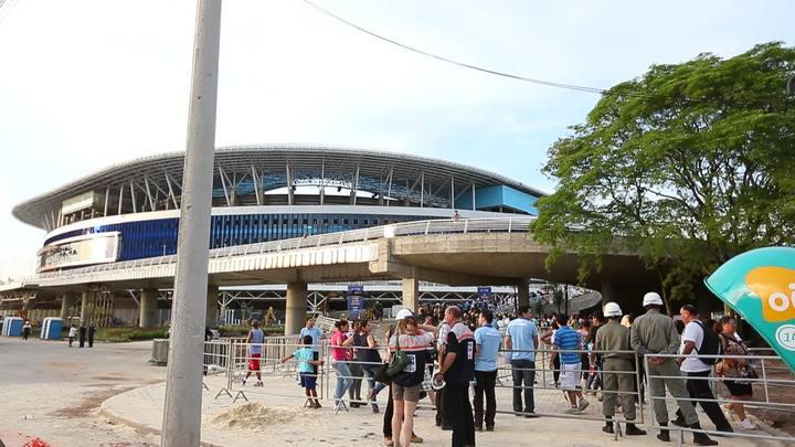 Entrada de moradores do Humaitá para ensaio de inauguração da Arena
