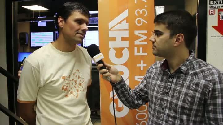 De olho na arbitragem: Diori Vasconcelos conversa com o árbitro do Gre-Nal 397, Fabrício Neves Correa. 03/07/2013