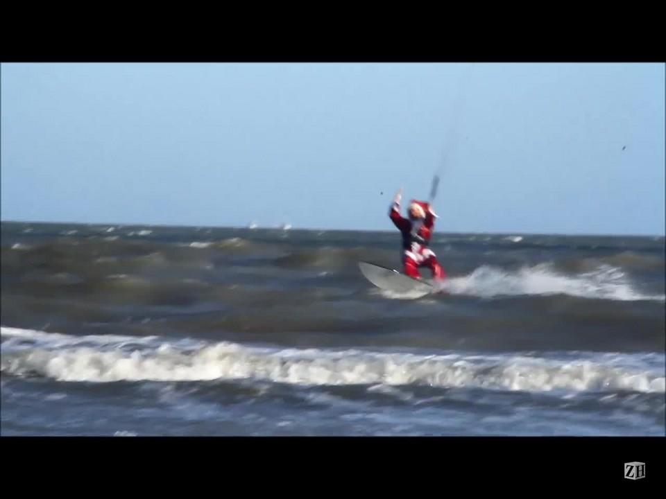 Papai Noel se diverte de kitesurf no Cassino