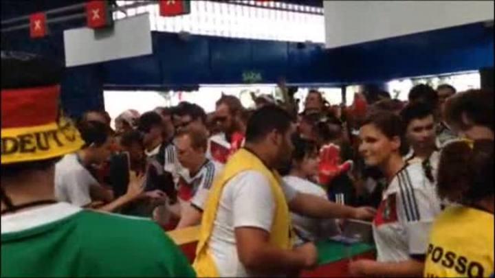 Torcedores alemães e argentinos chegam ao Maracanã para a final