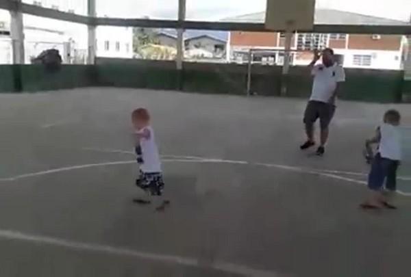 João Vitor jogando futebol com os irmãos