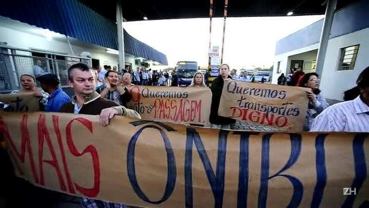 Manifestantes protestam em frente à garagem da Transcal, em Cachoeirinha