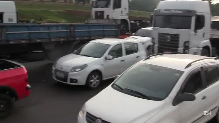 Protesto de servidores bloqueia a freeway em Gravataí
