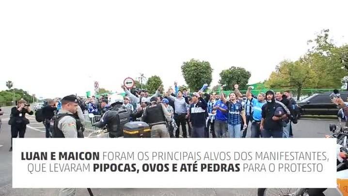 Torcedores protestam na chegada do Grêmio a Porto Alegre