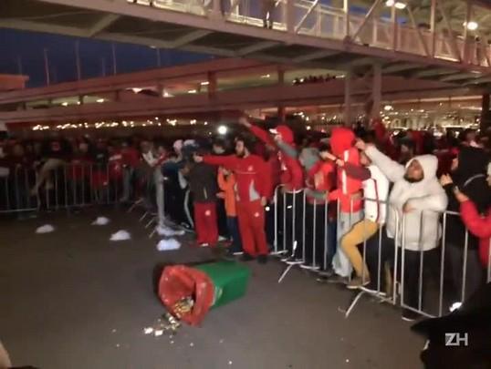 Após derrota para o Palmeiras, torcida colorada protesta no Beira-Rio