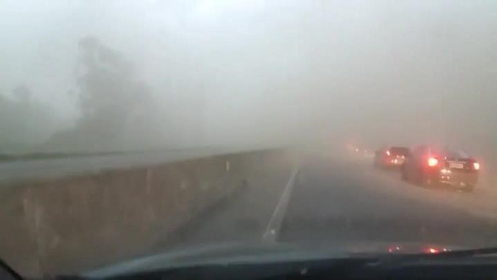 Motorista registra força do vento na BR-101 em Capivari de Baixo