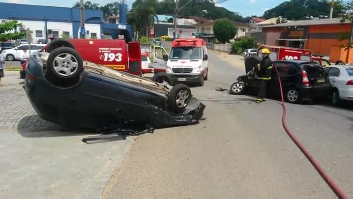 Carro capota após colisão em Joinville