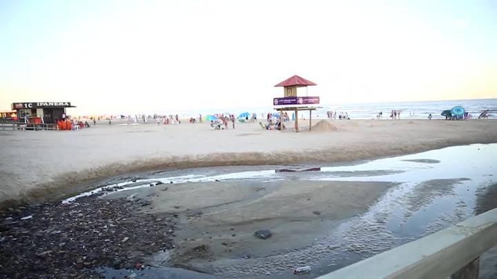 Pelas Ruas: esgoto na beira da praia de Capão da Canoa