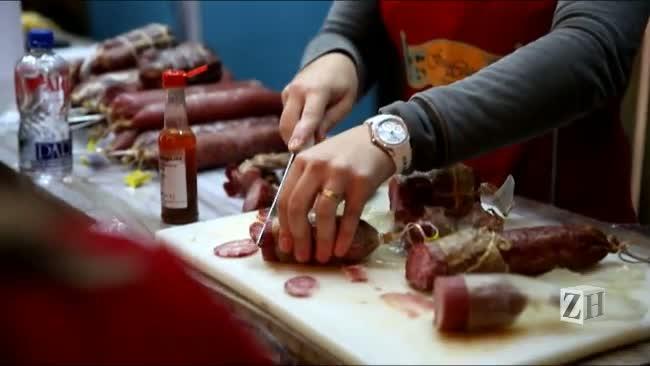 Salames, copas e linguiças em exposição na Festa da Colônia em Gramado