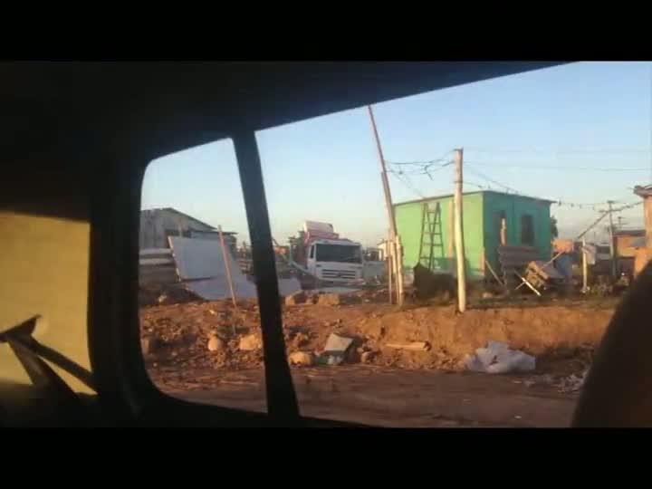 Reportagem flagra entulhos da construção civil sendo despejados em áreas públicas de Porto Alegre - 23/05/2013