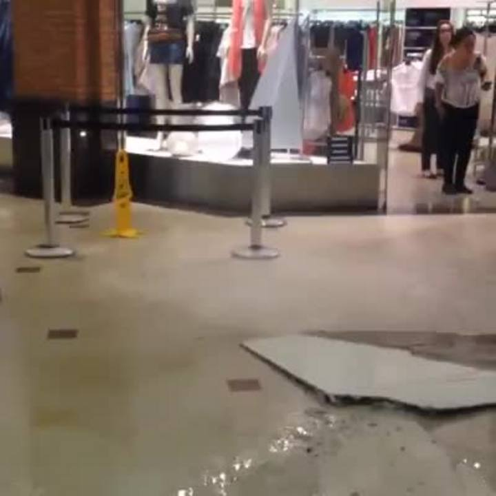 Parte de forro desaba em shopping da Capital