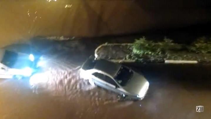 Meia hora de chuva forte transforma avenida de Novo Hamburgo em rio