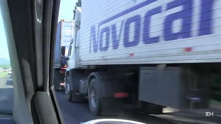Caminhões fazem fila na BR-386