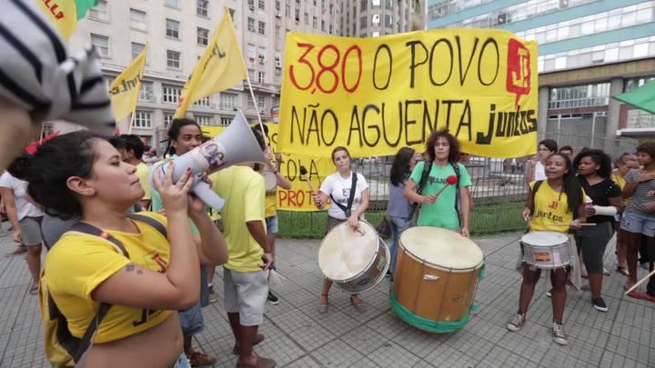Manifestantes protestam contra reajuste da tarifa de ônibus em Porto Alegre