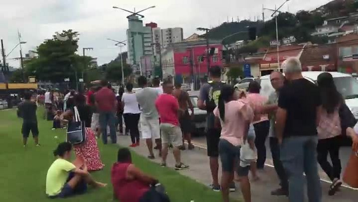 Eleitores enfrentam fila para o cadastramento biométrico em Florianópolis, SC