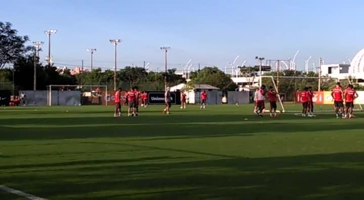 Valdívia acompanha treino do Inter