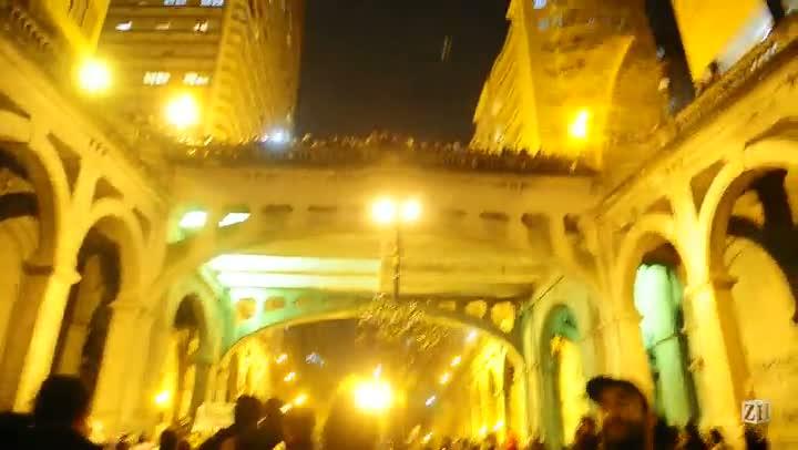Manifestantes passam pela Borges de Medeiros