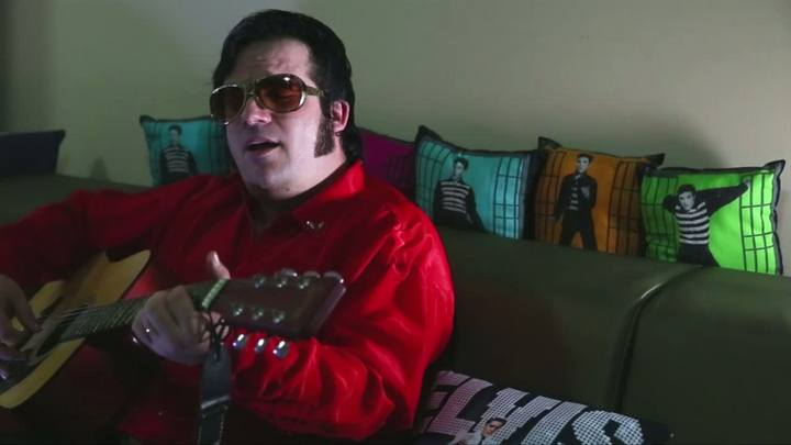 DC conversa com cover catarinense de Elvis Presley lembrando aniversário de morte do ídolo