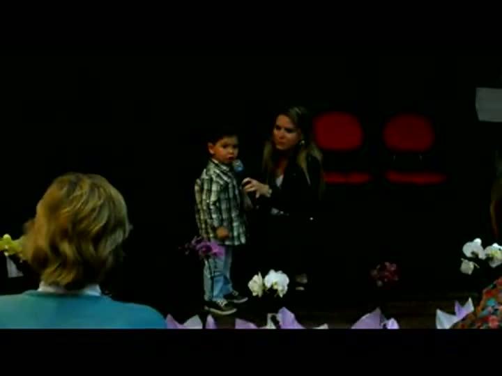 Garoto de três anos canta o Hino Nacional em evento em Joinville