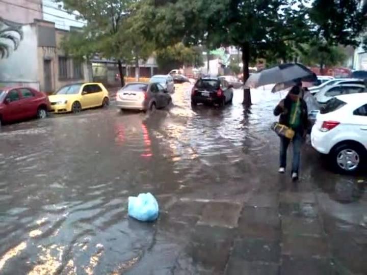Chuva forte alaga ruas da Capital