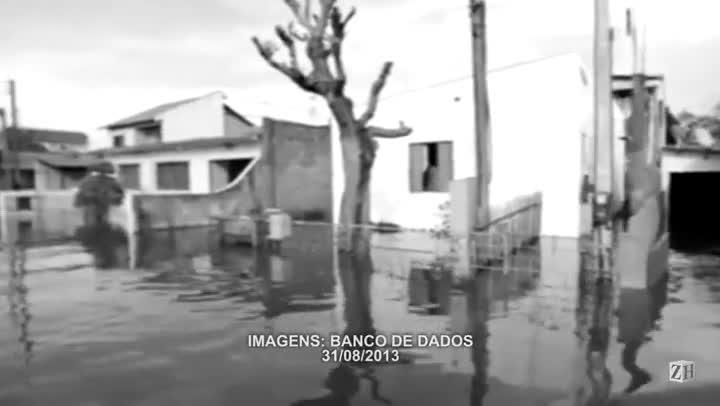Alagamento invade casas no bairro Sarandi