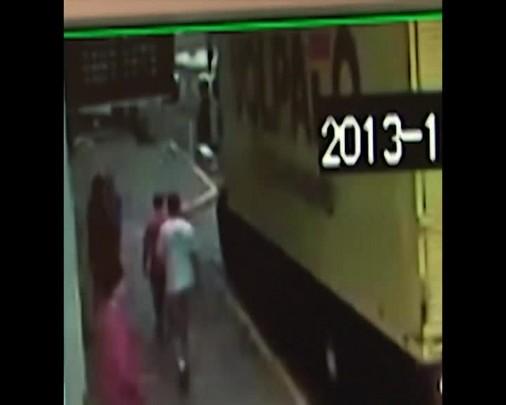 1 minuto - Câmera de segurança flagra homem arrancando placa de trânsito em Lages
