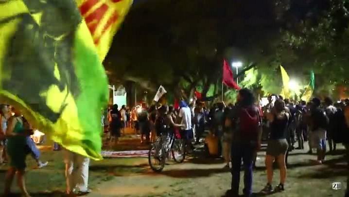 Manifestantes protestam contra corte de árvores no Gasômetro
