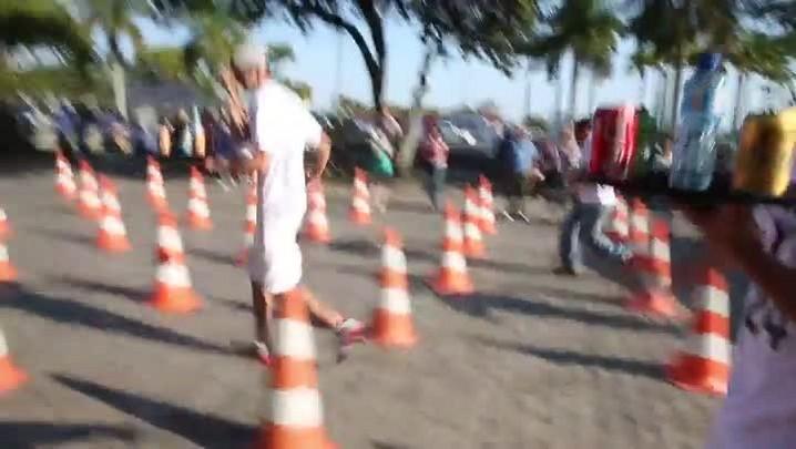 Garçons enfrentam corrida de obstáculos em Florianópolis