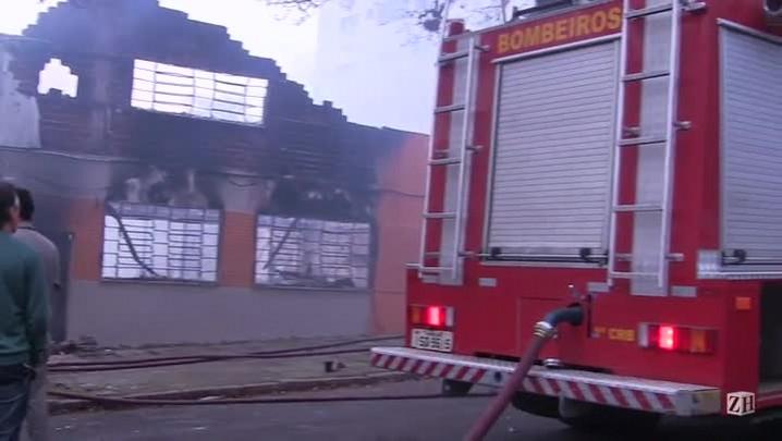 Incêndio atinge igreja na zona norte de Porto Alegre