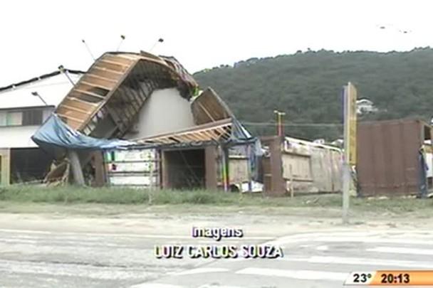 TVCOM 20 Horas - Seis contêineres caem sobre uma casa em Balneário Camboriú - 4º Bloco - 25.12.14