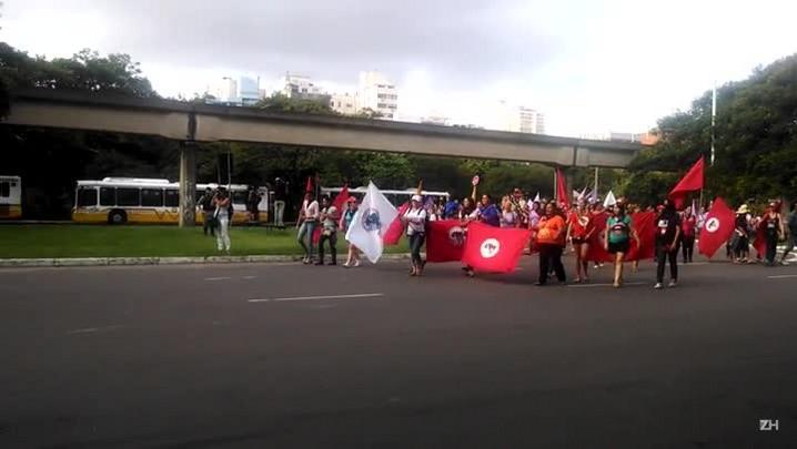 Sem-terra chegam ao prédio do Ministério da Agricultura, em Porto Alegre