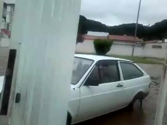 Chuva alaga Rua Uruguai em Itajaí Imagens Luciana Silva