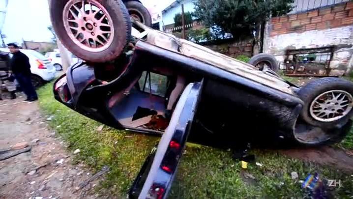 Veículo furtado capota na zona norte de Porto Alegre