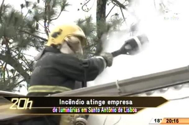 TVCOM 20 Horas - Incêndio atinge empresa de luminárias em Santo Antônio de Lisboa - 16.07.15