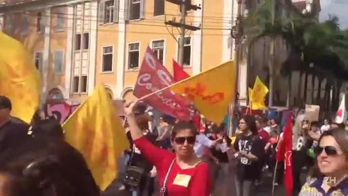 Professores cantam em caminhada para assembleia dos servidores do RS