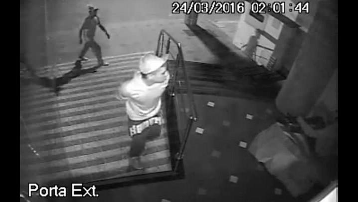 Veja imagens do momento em que dupla agride morador de rua em Vacaria