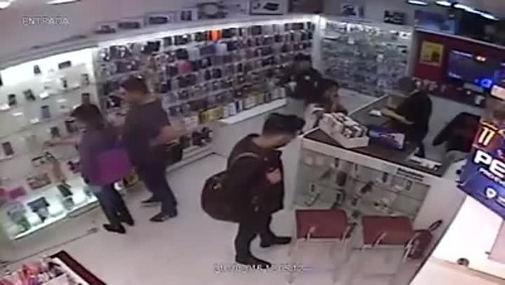 Dupla é flagrada furtando celular da vitrine de loja em Santa Maria