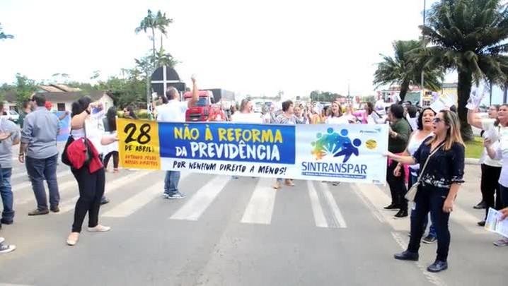 Manifestantes bloqueiam a BR-280 no km 27 em frente ao IFC de Araquari