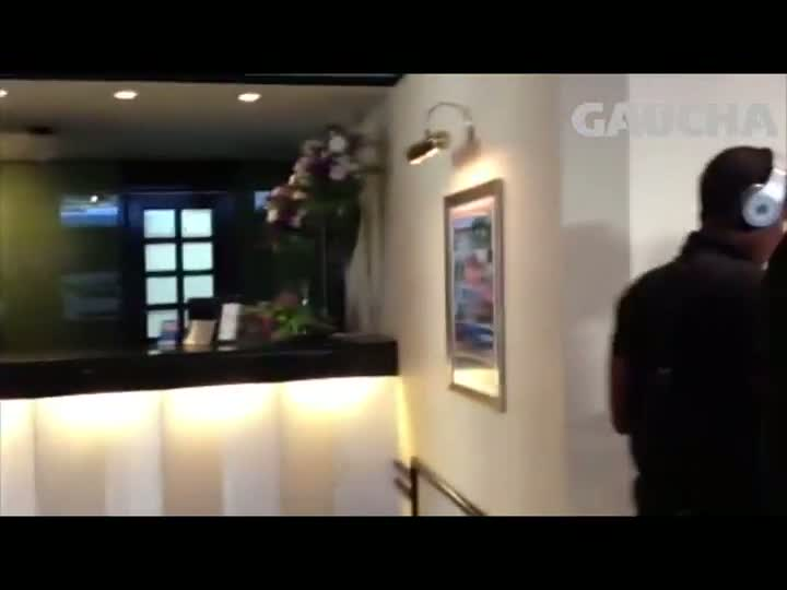 Jogadores do Grêmio chegam no hotel no Paraná e concedem entrevista - 05/07/2013