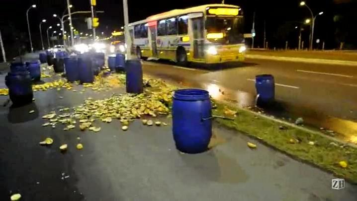 Carga com comida para porcos cai de caminhão na Avenida Beira-Rio