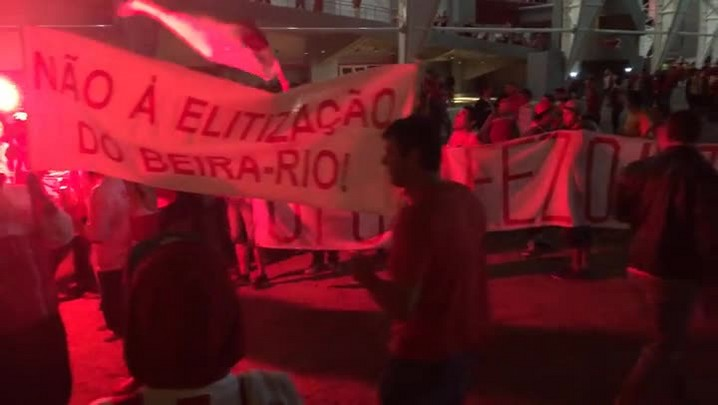 Torcedores fazem manifestação antes do jogo do Inter por ingressos mais baratos