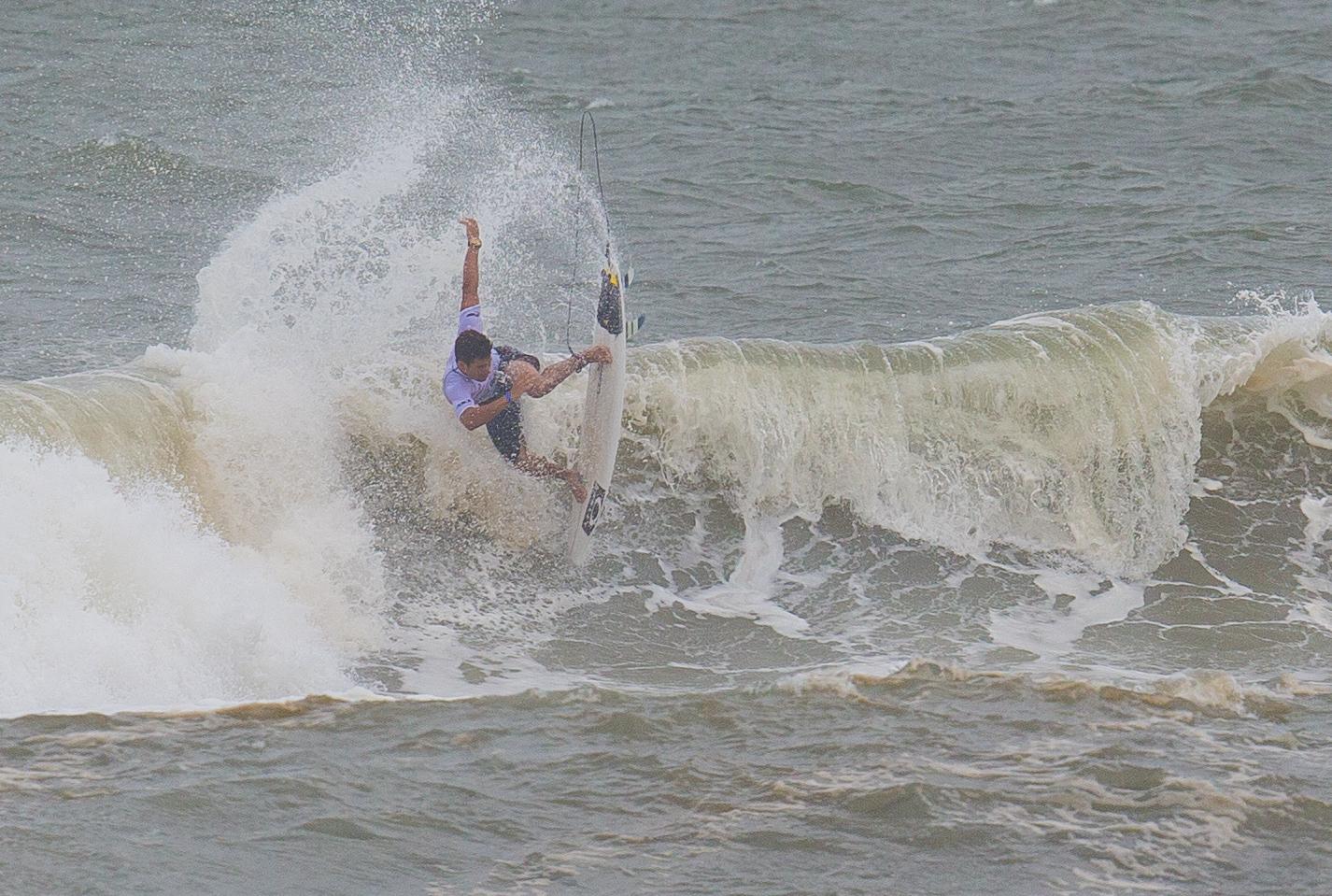 Campeão Brasileiro de Surfe celebra entrada na elite do surfe mundial