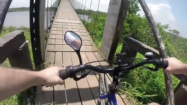 De bike na ponte pênsil da Boca da Barra em Barra Velha