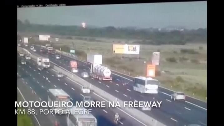 Vídeo mostra caminhão atingindo motoqueiro na Freeway, em Porto Alegre; veja