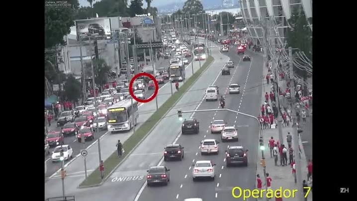 Câmera flagra momento em que torcedor é atropelado por ônibus
