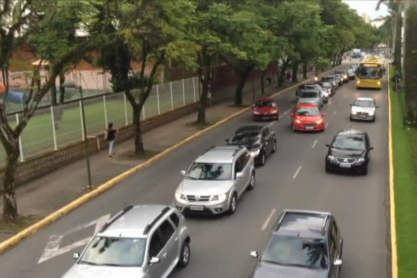 Motoristas formam filas sobre o corredor de ônibus na avenida JK