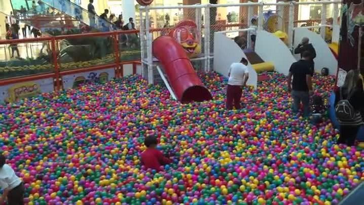 A volta à infância em uma piscina de bolinhas gigante