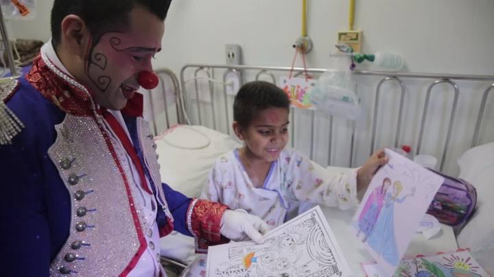 Artistas do Circo Tihany visitam as crianças internadas no Hospital Conceição